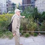 """Arch. Stanisław Michel pokazuje jedną z wielu szpecących """"dziur"""" w centrum Gdańska, przy Kaplicy Królewskiej. Fot. Janusz Wikowski"""