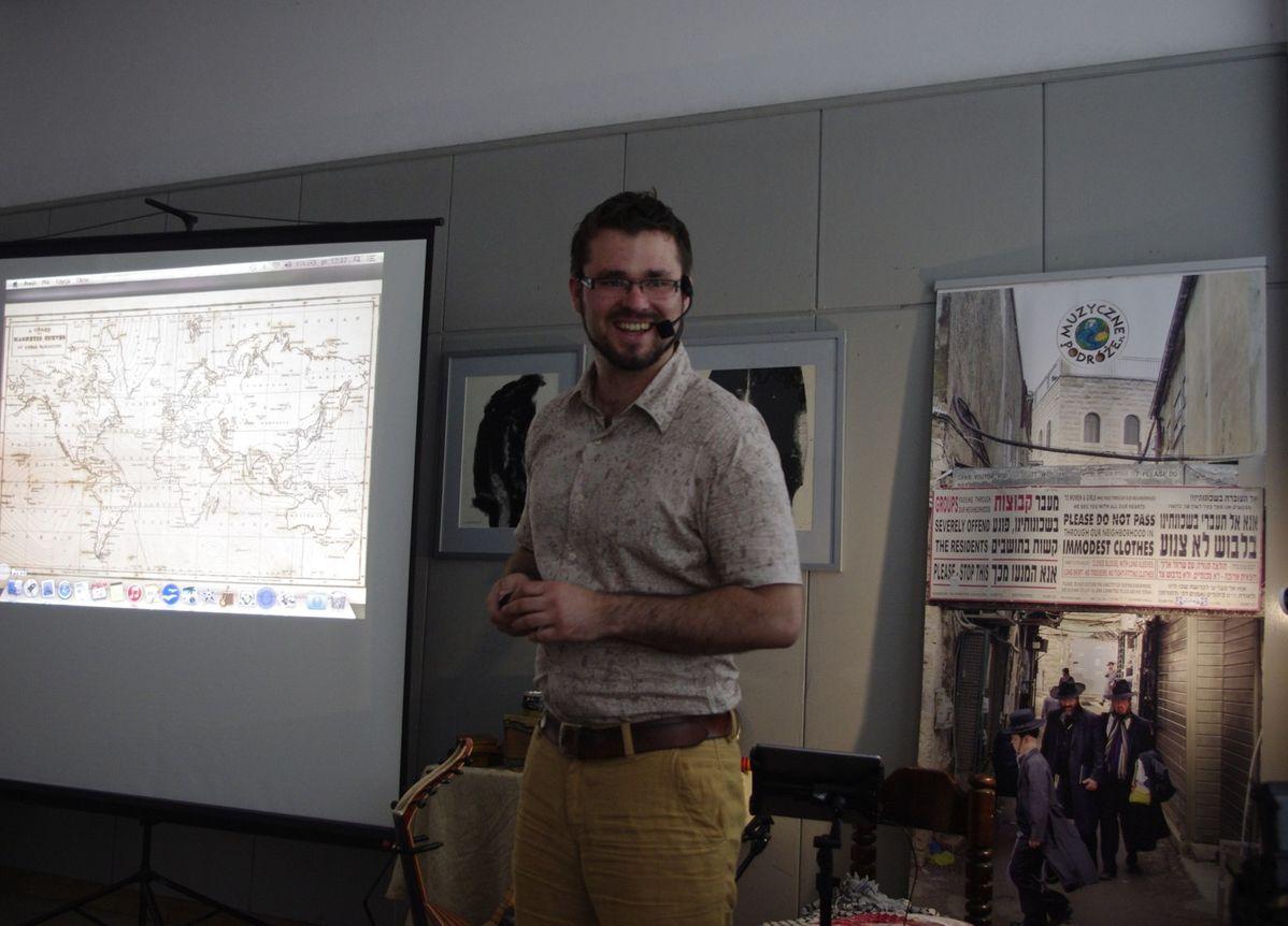 Michał Kaczor prezentuje instrum-enty biblijne