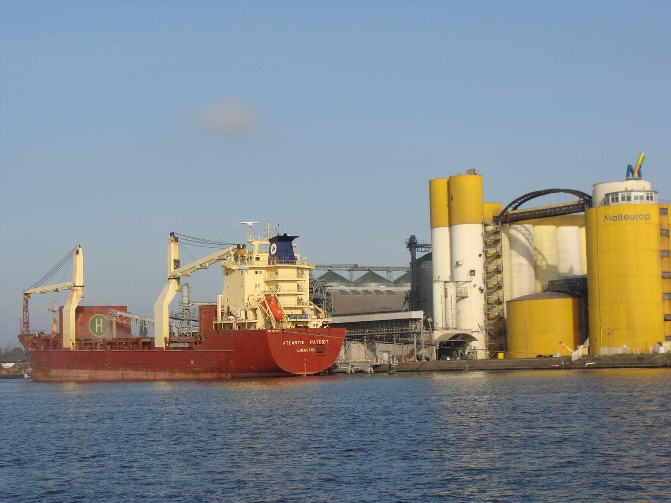 port Duży masowiec podczas załadunku produktów rolnych w Porcie Wewnętrznym fot. M. Głośkiewicz