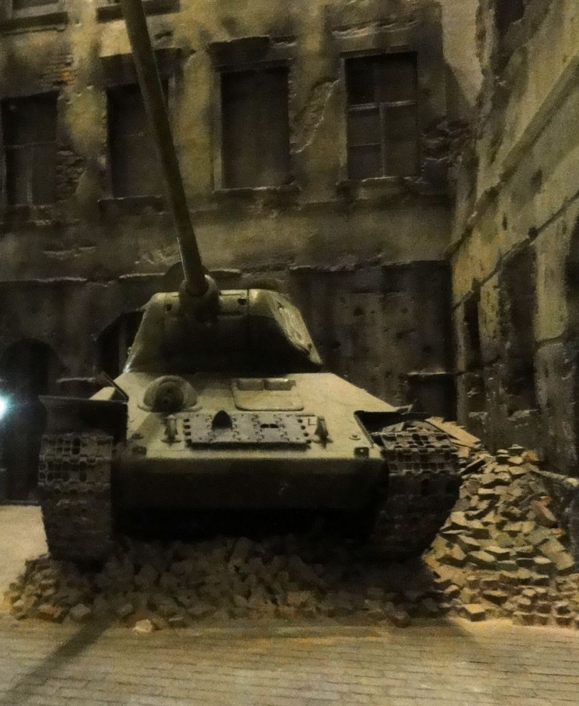 muzeum 3, Sowiecki czołg na gruzach