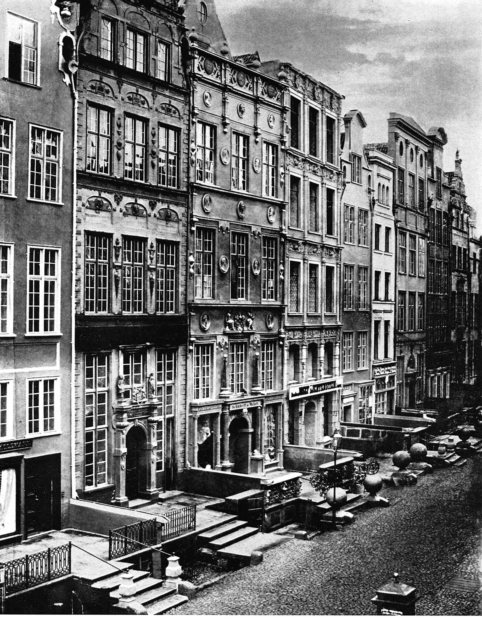 1. Dom Czirenbergów-Frederów (w środku) przed rozbiórką przedprozy